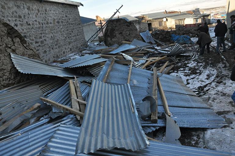 Kars'ta Fırtına Bir Köyü Yerle Bir Etti! Çatılar Uçtu, Elektrik Telleri Koptu