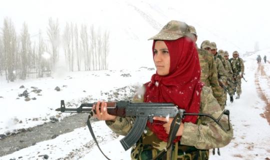 Şehit Babasının Silahını Devraldı Köyün İlk Kadın Koruscusu Olarak Vatan Nöbetine Çıktı!