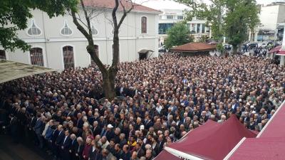 """Cenaze Töreninde Abdullah Gül'e Büyük Şok! """"Hainlik Yaptın"""" Dedi, Eliyle Bu İşareti Yaptı"""