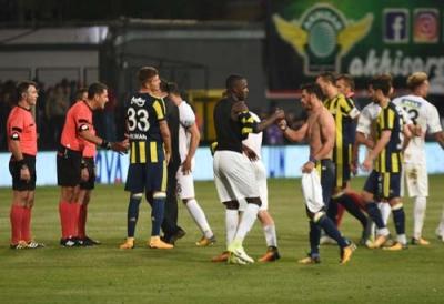 Fenerbahçeli Taraftarları Çıldırtan Hareket! Akhisarlı Futbolcu Fenerbahçe'nin Futbolcusu Giuliano'nun Formasını Yere Fırlattı