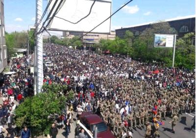 Flaş Flaş! Ordu Sokağa İndi, Gerilim Tırmandı: Başbakan İstifasını Duyurdu
