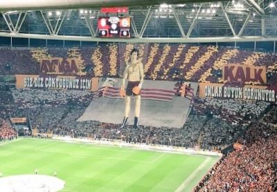 """Galatasaray'a FETÖ Şoku! Derbideki """"Ayağa Kalk"""" Pankartına Soruşturma Açıldı"""