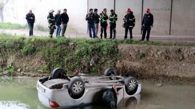 İzmit'te Feci Kaza! Otomobil Dereye Uçtu! Anne Ve Oğlu Ölümden Döndü