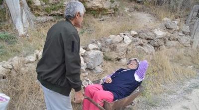 Kanser Hastası Yaşlı Adam, Felçli Karısını Hastaneye  El Arabasıyla Götürüyor