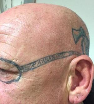 Şakanın Böylesi! Partide Sızan Yaşlı Adamın Yüzüne Gözlük Dövmesi Yaptılar