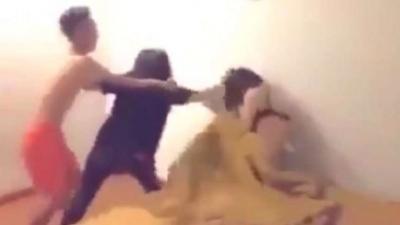 Sosyal Medya Bu Videoyu Konuşuyor! Kocası ile Sevgilisini Yatakta Basan Kadın, Bakın Ne Yaptı