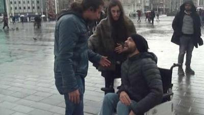 Taksim Meydanında Şiddet Gören Kadını Herkes İzledi! Engelli Genç Yaptığı Hareketle Gönülleri Fethetti
