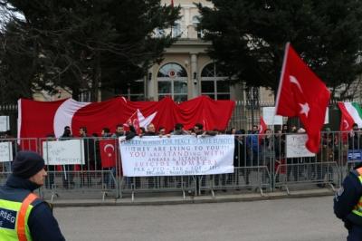 Terör Yandaşları Neye Uğradığını Şaşırdı! Azeri Kardeşlerimiz Avrupa'nın Göbeğinde Terör Yandaşlarına Haddini Bildirdi