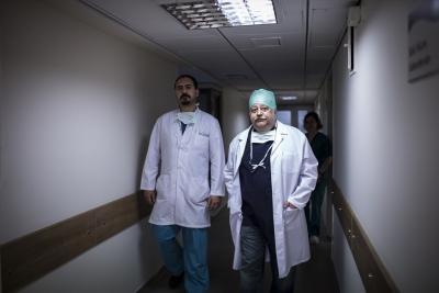 """Türk Doktorlardan Büyük Başarı! Dünyanın ilk Robotik Ameliyatı """"Da Vinci robotu"""" ile Türkiye'de Yapıldı"""