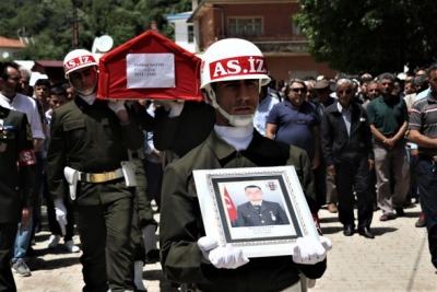 Yürek Burkan Anlar! Kazada Şehit Olan Uzman Çavuşun Eşi Gelinliğiyle Mezarın Üstüne Kapanıp Feryat Etti