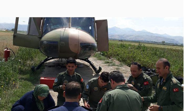 Afyon'da Duygulandıran Görüntüler! Askeri Helikopter Acil İniş Yaptı! Köylüler Yer Sofrası Kurdu