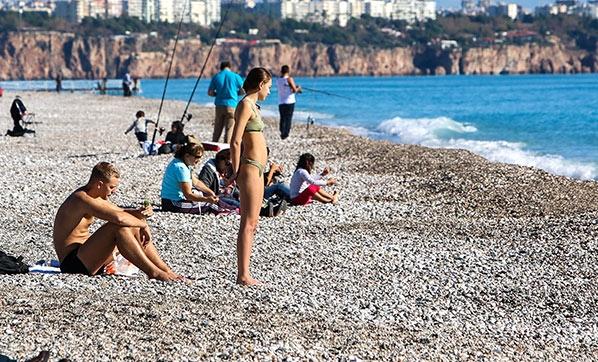 Antalya'da Turistler Kar Manzarası Eşliğinde Denize Girmenin Tadını Çıkardı