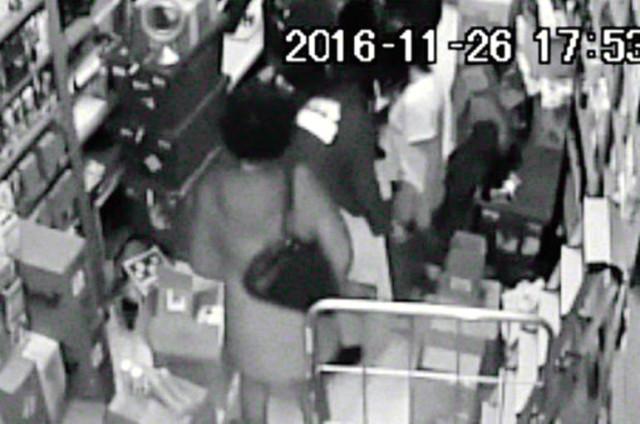 AVM'de Çıplak Arama Rezaletinin Görüntüleri Ortaya Çıktı! 17 Yaşındaki Genç Kızı 33 Dakika Boyunca Çıplak Şekilde Aramışlar
