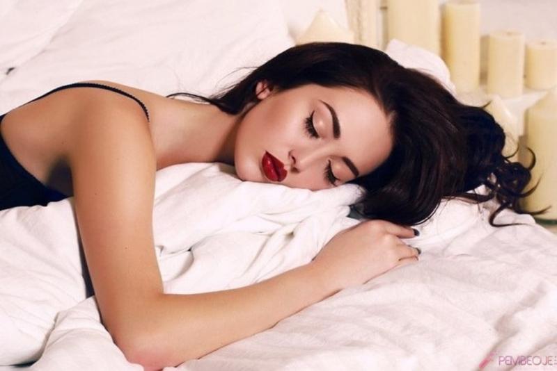 Bayanlar Dikkat! Yüzünüzdeki Makyajla Uyuduğunuzda Cildinizde Bakın Neler Oluyor