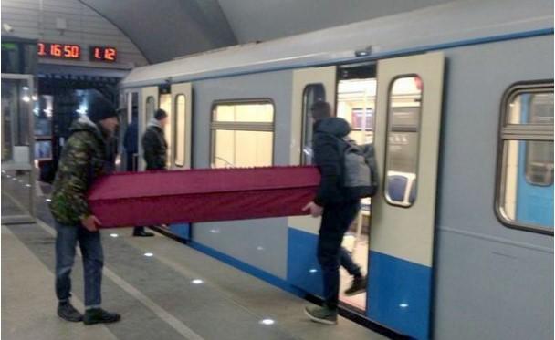 Bu Gerçekten Oldu! Tabutu Metroyla Taşıdılar