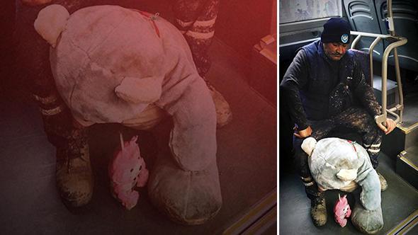 Çöpte Bulduğu Oyuncak Ayıyı Torunlarına Götüren Belediye İşçisinin Görüntüleri Sosyal Medyayı Salladı