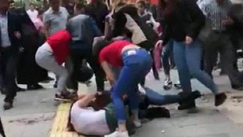 Elazığ'da Cadde Ortasında Kız Kavgası Cep Telefonu Kamerası ile Görüntülendi