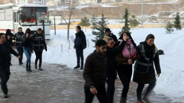 Fuhuştan Yakalanan Kadın Kapıda Gazetecileri Görünce Soyunmakla Tehdit Etti