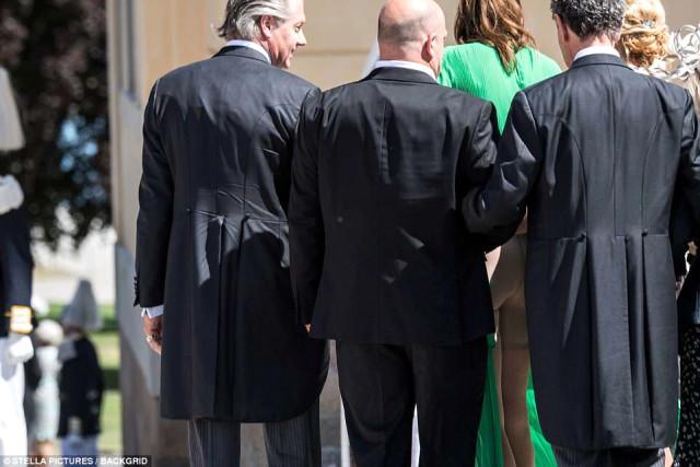 Gittiği Davette Giydiği Elbisenin İpi Çözüldü, Genç Kadın Erkeklerin Gözü Önünde Yarı Çıplak Kaldı!