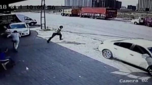 İstanbul'da Hafriyat Kamyonu Dehşeti! İş Yerine Daldı, 1 Kişi Ağır Yaralı