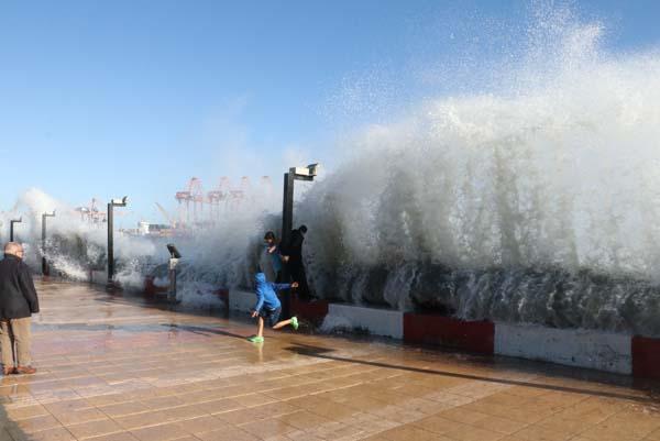 Mersin'de Kışın Ortasında Şoke Eden Görüntü! Dev Dalgalarla Oyun Oynadılar