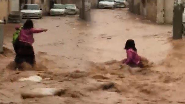 Şanlıurfa'da Saniye Saniye Dehşet! Kız Öğrenci Sele Kapıldı