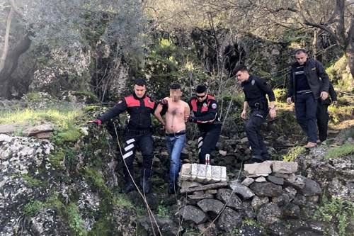 Sapık Çukurda Yakalandı! Bıçak Zoru ile Girdiği Evde Tecavüzü Başaramayınca Çıplak Halde Ormana Kaçtı