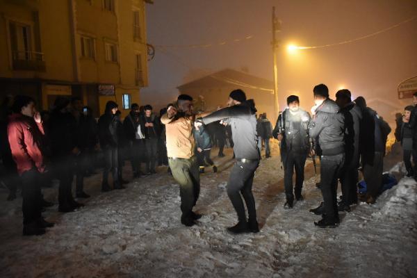 Şırnak'ta Güzel Görüntüler! Polis Zırhlı Araçtan Kürtçe Müzik Çaldı, Gençler Halay Çekti