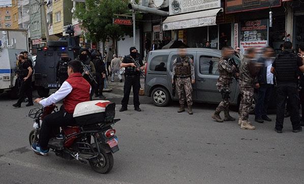 Son Dakika! Diyarbakır'da Hırsızlık Şüphelisi İki Polisi Bıçakla Yaralayıp Kaçmaya Çalışırken Vurularak Durduruldu
