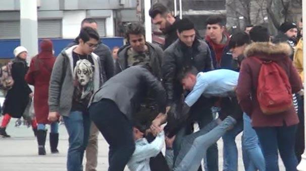 Taksim Meydanı'nda Hanutçuların Müşteri Kavgası