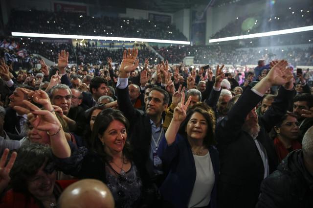 Terör Sözcüsü HDP'li Vekiller, Türkiye Şehitlerine Ağlarken Terörist Başına Selam Verdi
