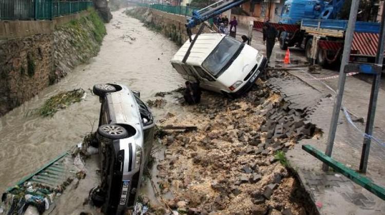 Yağmur Yolları Çökertti! Araçlar Dereye Düştü