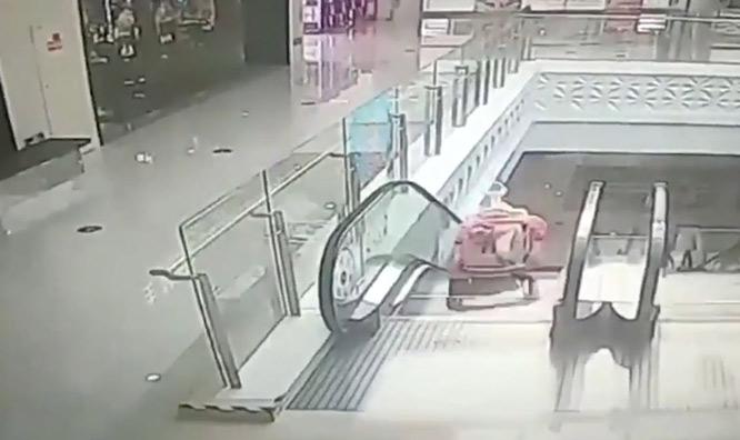 Yürüteçteki Bebek Anne ve Babası Yemek Yerken Yürüyen Merdivenden Aşağıya Düştü