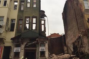 İstanbul Yedikule'de Bina Çöktü, 1 Kişi Enkaz Altında Kaldı