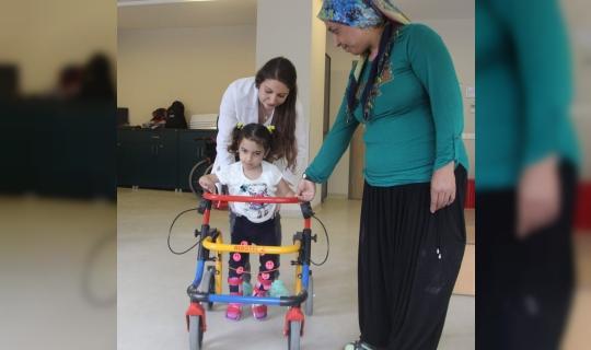 Bursa'da Emekleyemez Denilen Küçük Kız Doktorların Çabası ile Yürümeye Başladı!