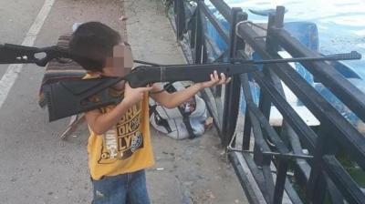 Adana'da Tabancayla Oynarken Uzman Çavuş Babasını Öldüren 5 Yaşındaki Çocuğun Tüfekle Görüntüsü Ortaya Çıktı