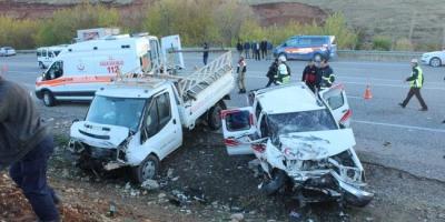 Adıyaman'da İki Kamyonet Kafa Kafaya Çarpıştı! 2 Ölü, 5 Yaralı