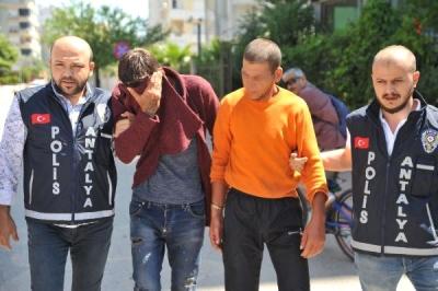 Antalya'da Eşcinsel İlişkiyi Kabul Etmeyen Öğretmeni Boğarak Öldüren İki Cani Kanlı Elbiselerle Bara Gitmiş