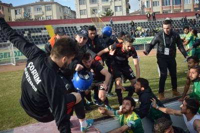 Çorum'da Skandal Olay! Taraftarlar Sahaya İnip Futbolculara Dayak Attı