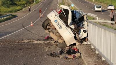 Diyarbakır'da Feci Kaza! Otomobil Köprü Korkuluğuna Çarptı! 3 Ölü