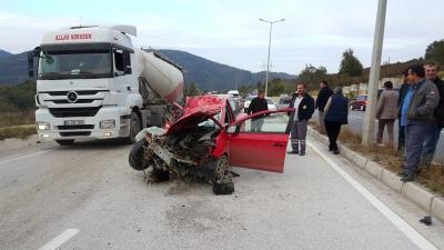 Düzce'de Kadın Şoförün Feci Kazası! Karşı Şeride Geçip Kamyona Çarptı