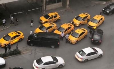 Esenyurt'ta Taksici Dehşeti! UBER Sürücüsünün Etrafını Araçlarla Sarıp Tehdit Ettiler