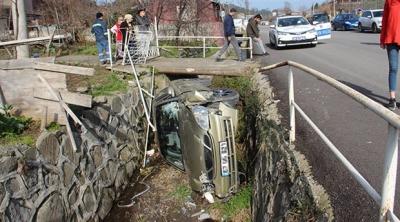 İhmal Az Kalsın Can Alıyordu! Şoför Telefonla Konuşurken Otomobiliyle Dereye Uçtu