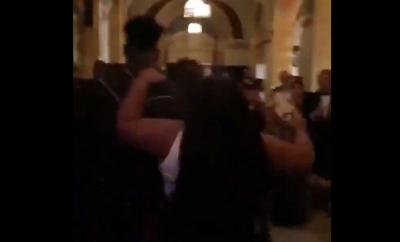 İki Ünlü Kadın Şarkıcı Partide Birbirine Girdi