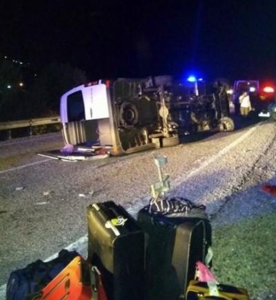 İzmir'de Turistleri Taşıyan Minibüs Devrildi! 1'i Ağır 5 Kişi Yaralandı