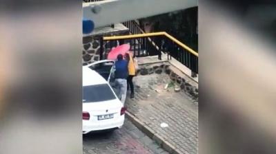 İzmir'den Kan Donduran Görüntüler! Sokak Ortasında Bir Kadın Tekme Tokat Dövüldü