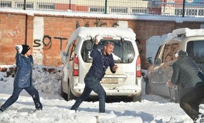 Kar Yağdığını Gören Öğrencilerden Valiye: