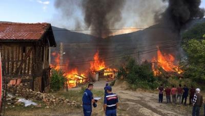 Karabük'te Yangın Faciası! Eve Düşen Yıldırım Köyü Bu Hale Getirdi