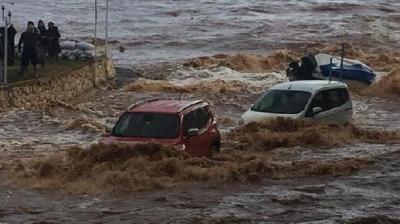 Mersin'de Korkutan Görüntüler! Araçlar Sel Sularına Kapıldı
