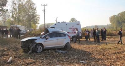 Sakarya'da Feci Kaza! Otomobil Karşı Şeride Geçip TIR'a Çarptı: 2 Kişi Öldü, 1 Kişi Yaralandı
